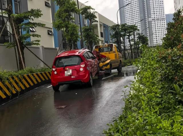 Hà Nội: Sau trận mưa lớn, hàng loạt ô tô ngập sâu trong biển nước - Ảnh 9.
