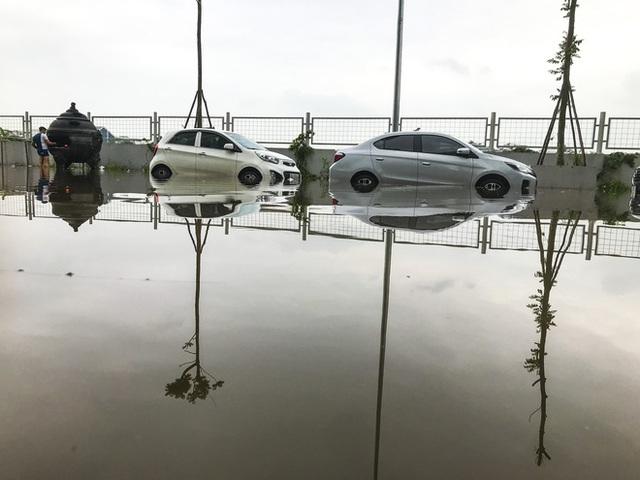Hà Nội: Sau trận mưa lớn, hàng loạt ô tô ngập sâu trong biển nước - Ảnh 10.