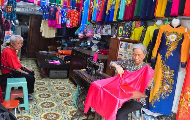 Chuyện cụ bà tóc trắng bên trong tiệm may 4 đời ở phố Cổ: Tôi mất 400 cây vàng để mua lại cái tiệm chưa đầy 20m2 này - Ảnh 1.