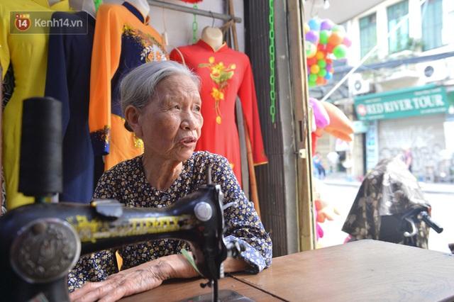 Chuyện cụ bà tóc trắng bên trong tiệm may 4 đời ở phố Cổ: Tôi mất 400 cây vàng để mua lại cái tiệm chưa đầy 20m2 này - Ảnh 2.