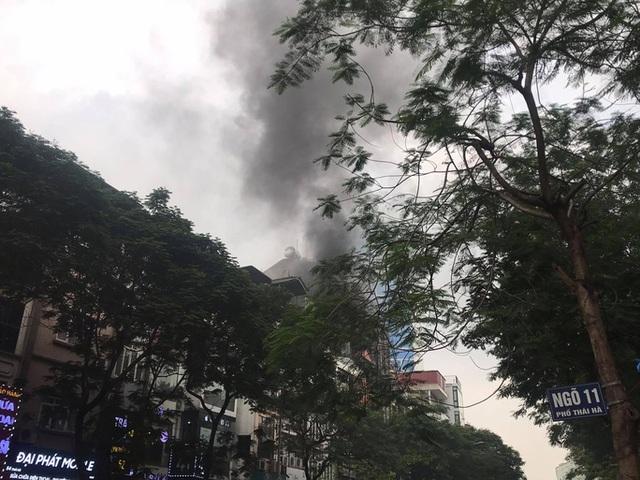 Cháy lớn tại nhà hàng Nét Huế đúng giờ tan tầm, giao thông ùn tắc kéo dài  - Ảnh 1.