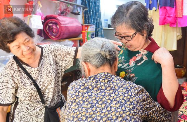 Chuyện cụ bà tóc trắng bên trong tiệm may 4 đời ở phố Cổ: Tôi mất 400 cây vàng để mua lại cái tiệm chưa đầy 20m2 này - Ảnh 11.