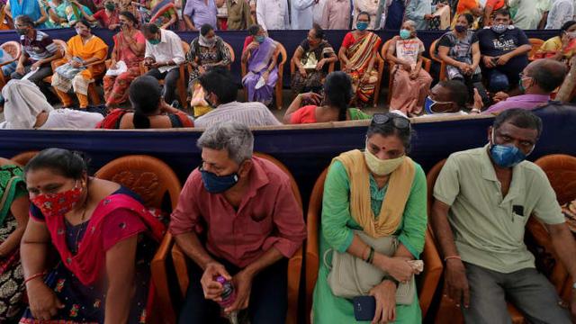 Loạt ảnh thảm cảnh ở Ấn Độ khiến thế giới rùng mình: Người chết nằm la liệt, dàn hỏa thiêu hoạt động hết công suất, phải chặt cây trong công viên để hỏa táng - Ảnh 11.