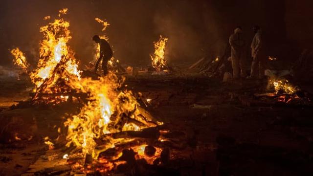 Loạt ảnh thảm cảnh ở Ấn Độ khiến thế giới rùng mình: Người chết nằm la liệt, dàn hỏa thiêu hoạt động hết công suất, phải chặt cây trong công viên để hỏa táng - Ảnh 12.