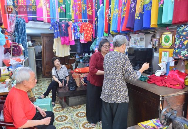 Chuyện cụ bà tóc trắng bên trong tiệm may 4 đời ở phố Cổ: Tôi mất 400 cây vàng để mua lại cái tiệm chưa đầy 20m2 này - Ảnh 13.
