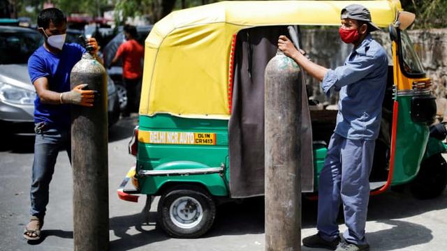 Loạt ảnh thảm cảnh ở Ấn Độ khiến thế giới rùng mình: Người chết nằm la liệt, dàn hỏa thiêu hoạt động hết công suất, phải chặt cây trong công viên để hỏa táng - Ảnh 13.