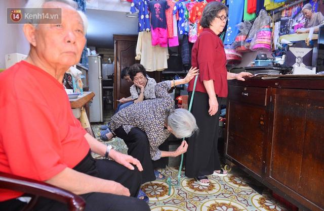 Chuyện cụ bà tóc trắng bên trong tiệm may 4 đời ở phố Cổ: Tôi mất 400 cây vàng để mua lại cái tiệm chưa đầy 20m2 này - Ảnh 14.