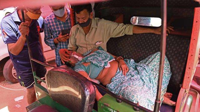 Loạt ảnh thảm cảnh ở Ấn Độ khiến thế giới rùng mình: Người chết nằm la liệt, dàn hỏa thiêu hoạt động hết công suất, phải chặt cây trong công viên để hỏa táng - Ảnh 14.