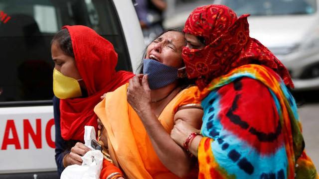Loạt ảnh thảm cảnh ở Ấn Độ khiến thế giới rùng mình: Người chết nằm la liệt, dàn hỏa thiêu hoạt động hết công suất, phải chặt cây trong công viên để hỏa táng - Ảnh 15.
