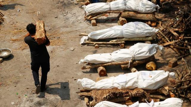Loạt ảnh thảm cảnh ở Ấn Độ khiến thế giới rùng mình: Người chết nằm la liệt, dàn hỏa thiêu hoạt động hết công suất, phải chặt cây trong công viên để hỏa táng - Ảnh 16.