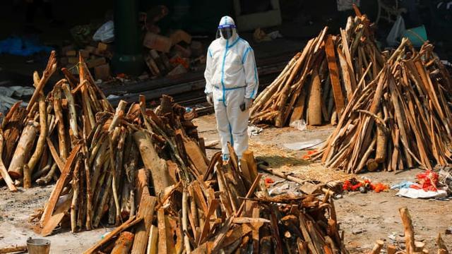 Loạt ảnh thảm cảnh ở Ấn Độ khiến thế giới rùng mình: Người chết nằm la liệt, dàn hỏa thiêu hoạt động hết công suất, phải chặt cây trong công viên để hỏa táng - Ảnh 17.