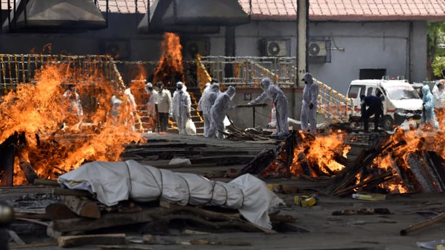Loạt ảnh thảm cảnh ở Ấn Độ khiến thế giới rùng mình: Người chết nằm la liệt, dàn hỏa thiêu hoạt động hết công suất, phải chặt cây trong công viên để hỏa táng - Ảnh 18.