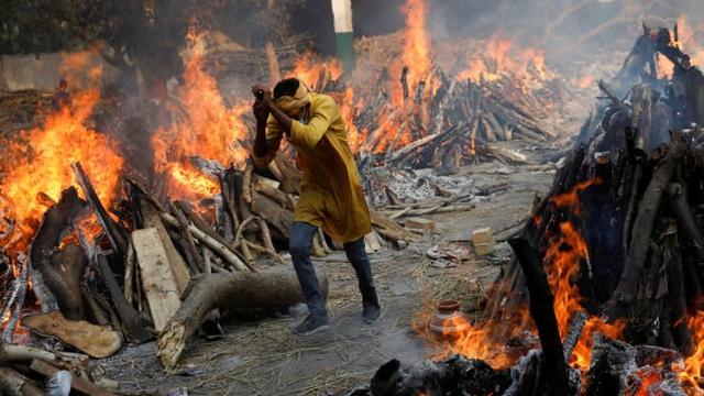 Loạt ảnh thảm cảnh ở Ấn Độ khiến thế giới rùng mình: Người chết nằm la liệt, dàn hỏa thiêu hoạt động hết công suất, phải chặt cây trong công viên để hỏa táng - Ảnh 3.