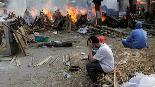 Loạt ảnh thảm cảnh ở Ấn Độ khiến thế giới rùng mình: Người chết nằm la liệt, dàn hỏa thiêu hoạt động hết công suất, phải chặt cây trong công viên để hỏa táng - Ảnh 21.