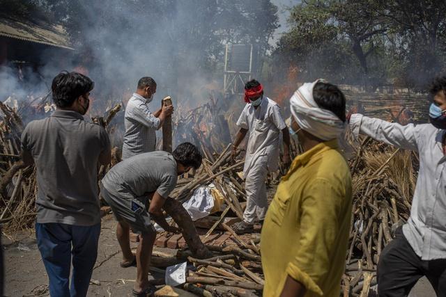 Loạt ảnh thảm cảnh ở Ấn Độ khiến thế giới rùng mình: Người chết nằm la liệt, dàn hỏa thiêu hoạt động hết công suất, phải chặt cây trong công viên để hỏa táng - Ảnh 22.