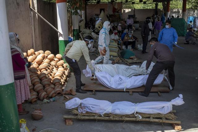 Loạt ảnh thảm cảnh ở Ấn Độ khiến thế giới rùng mình: Người chết nằm la liệt, dàn hỏa thiêu hoạt động hết công suất, phải chặt cây trong công viên để hỏa táng - Ảnh 23.
