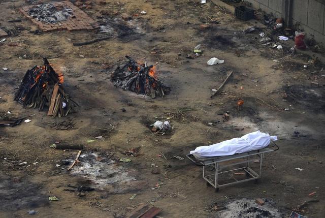 Loạt ảnh thảm cảnh ở Ấn Độ khiến thế giới rùng mình: Người chết nằm la liệt, dàn hỏa thiêu hoạt động hết công suất, phải chặt cây trong công viên để hỏa táng - Ảnh 25.