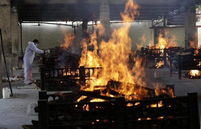 Loạt ảnh thảm cảnh ở Ấn Độ khiến thế giới rùng mình: Người chết nằm la liệt, dàn hỏa thiêu hoạt động hết công suất, phải chặt cây trong công viên để hỏa táng - Ảnh 26.