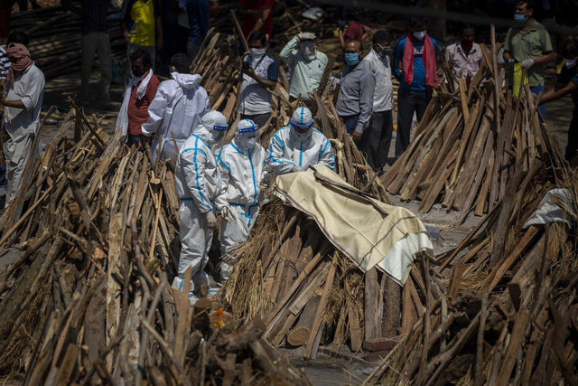 Loạt ảnh thảm cảnh ở Ấn Độ khiến thế giới rùng mình: Người chết nằm la liệt, dàn hỏa thiêu hoạt động hết công suất, phải chặt cây trong công viên để hỏa táng - Ảnh 27.
