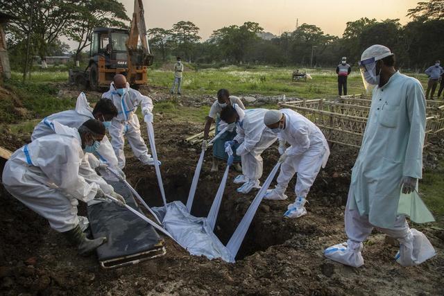 Loạt ảnh thảm cảnh ở Ấn Độ khiến thế giới rùng mình: Người chết nằm la liệt, dàn hỏa thiêu hoạt động hết công suất, phải chặt cây trong công viên để hỏa táng - Ảnh 28.