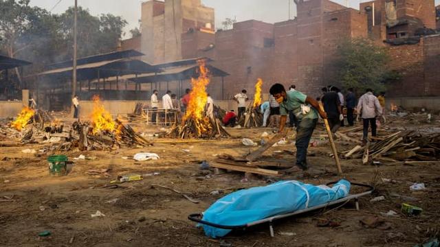 Loạt ảnh thảm cảnh ở Ấn Độ khiến thế giới rùng mình: Người chết nằm la liệt, dàn hỏa thiêu hoạt động hết công suất, phải chặt cây trong công viên để hỏa táng - Ảnh 4.