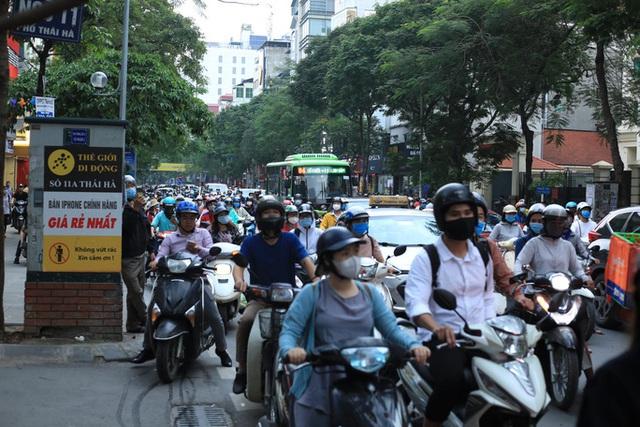 Cháy lớn tại nhà hàng Nét Huế đúng giờ tan tầm, giao thông ùn tắc kéo dài  - Ảnh 4.