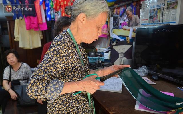 Chuyện cụ bà tóc trắng bên trong tiệm may 4 đời ở phố Cổ: Tôi mất 400 cây vàng để mua lại cái tiệm chưa đầy 20m2 này - Ảnh 5.