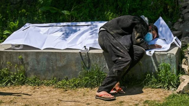 Loạt ảnh thảm cảnh ở Ấn Độ khiến thế giới rùng mình: Người chết nằm la liệt, dàn hỏa thiêu hoạt động hết công suất, phải chặt cây trong công viên để hỏa táng - Ảnh 8.