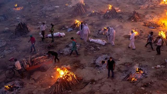 Loạt ảnh thảm cảnh ở Ấn Độ khiến thế giới rùng mình: Người chết nằm la liệt, dàn hỏa thiêu hoạt động hết công suất, phải chặt cây trong công viên để hỏa táng - Ảnh 9.