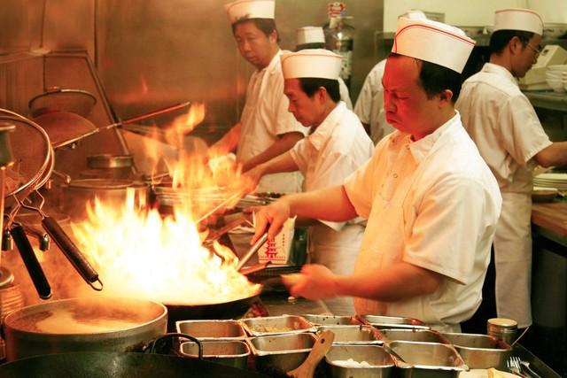 Chuyện đời gian truân của vua tủ bếp Trung Quốc: Khởi nghiệp thất bại liên tiếp đến mức phải đi trốn nợ, bất ngờ trở thành tỷ phú nội thất nhờ lời nói vu vơ của em gái - Ảnh 2.