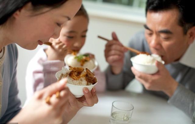 2 vợ chồng cùng nhập viện do ăn đồ thừa để qua đêm: Bác sĩ cảnh báo 4 món càng để lâu trong mùa hè càng dễ gây hại nội tạng - Ảnh 2.