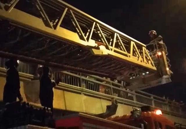 Giải cứu 24 người mắc kẹt trong đám cháy chung cư ở TPHCM  - Ảnh 1.