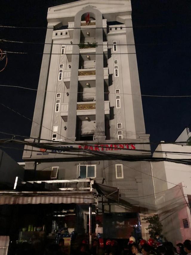 Giải cứu 24 người mắc kẹt trong đám cháy chung cư ở TPHCM  - Ảnh 2.