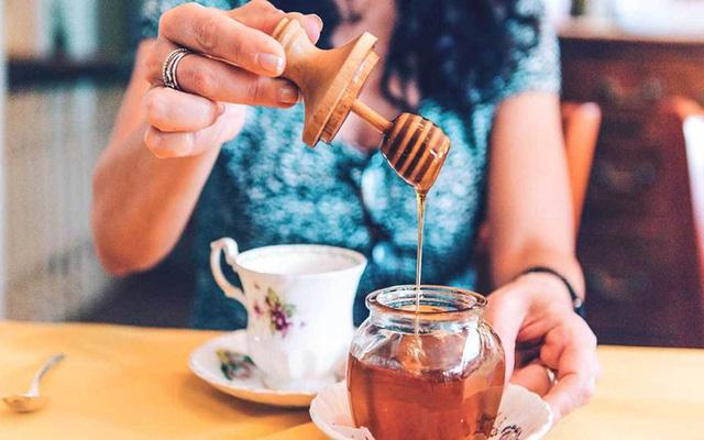 Trong ngày có 3 thời điểm vàng để uống mật ong, tận dụng sẽ giúp bạn nhận được gấp đôi lợi ích cả về giảm béo lẫn chống ung thư - Ảnh 1.