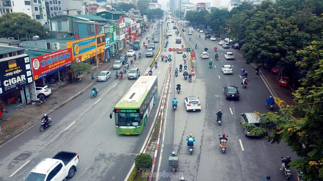 Bất chấp lệnh cấm giờ cao điểm, xe máy vẫn vô tư phi lên cầu vượt Láng - Lê Văn Lương - Ảnh 1.