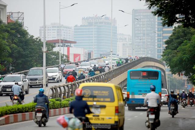 Bất chấp lệnh cấm giờ cao điểm, xe máy vẫn vô tư phi lên cầu vượt Láng - Lê Văn Lương - Ảnh 2.