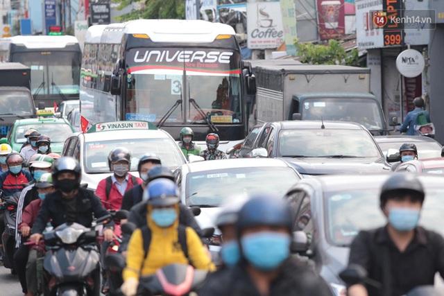 Chùm ảnh: Người dân đổ xô về quê nghỉ lễ 30/4 - 1/5, các cửa ngõ Sài Gòn bắt đầu ùn tắc kinh hoàng - Ảnh 1.