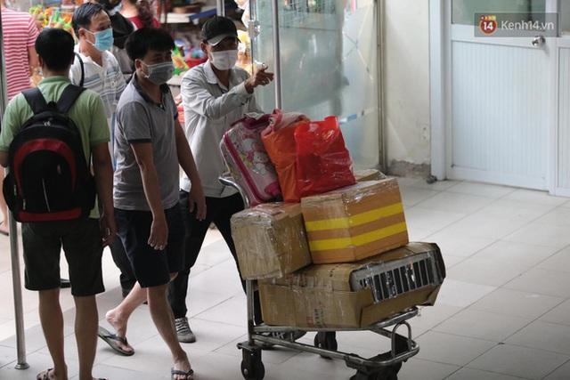 Chùm ảnh: Người dân đổ xô về quê nghỉ lễ 30/4 - 1/5, các cửa ngõ Sài Gòn bắt đầu ùn tắc kinh hoàng - Ảnh 11.