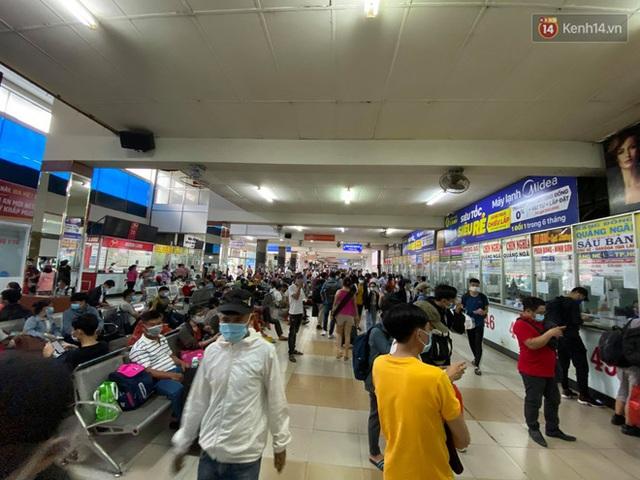 Chùm ảnh: Người dân đổ xô về quê nghỉ lễ 30/4 - 1/5, các cửa ngõ Sài Gòn bắt đầu ùn tắc kinh hoàng - Ảnh 14.