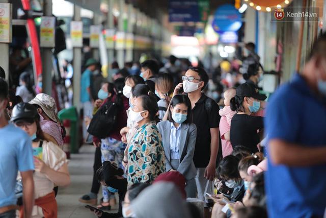 Chùm ảnh: Người dân đổ xô về quê nghỉ lễ 30/4 - 1/5, các cửa ngõ Sài Gòn bắt đầu ùn tắc kinh hoàng - Ảnh 18.