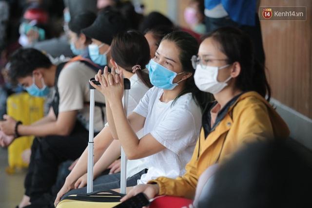 Chùm ảnh: Người dân đổ xô về quê nghỉ lễ 30/4 - 1/5, các cửa ngõ Sài Gòn bắt đầu ùn tắc kinh hoàng - Ảnh 19.
