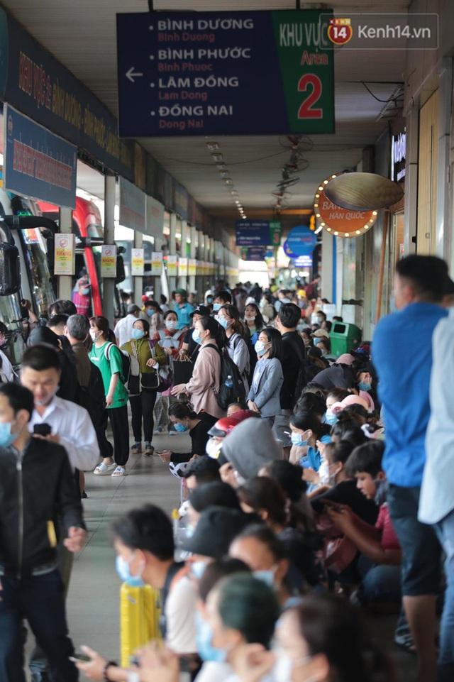 Chùm ảnh: Người dân đổ xô về quê nghỉ lễ 30/4 - 1/5, các cửa ngõ Sài Gòn bắt đầu ùn tắc kinh hoàng - Ảnh 20.