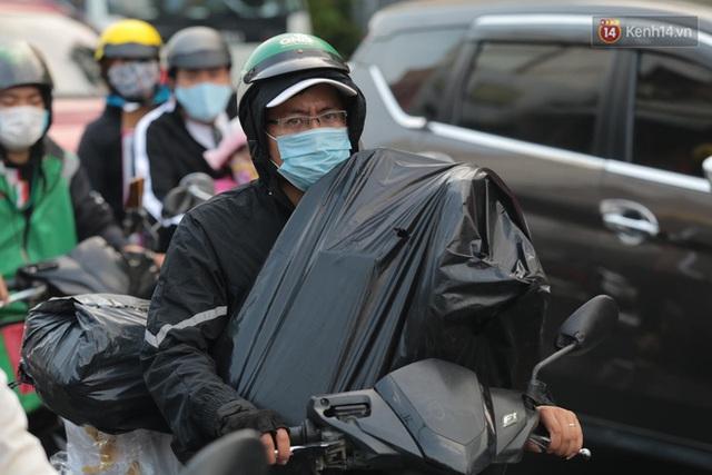 Chùm ảnh: Người dân đổ xô về quê nghỉ lễ 30/4 - 1/5, các cửa ngõ Sài Gòn bắt đầu ùn tắc kinh hoàng - Ảnh 3.