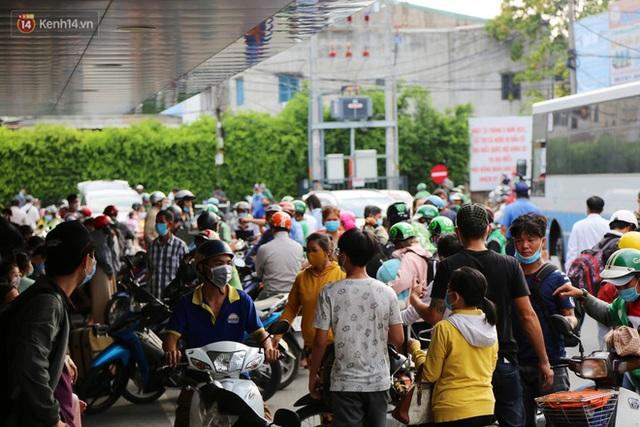 Chùm ảnh: Người dân đổ xô về quê nghỉ lễ 30/4 - 1/5, các cửa ngõ Sài Gòn bắt đầu ùn tắc kinh hoàng - Ảnh 23.