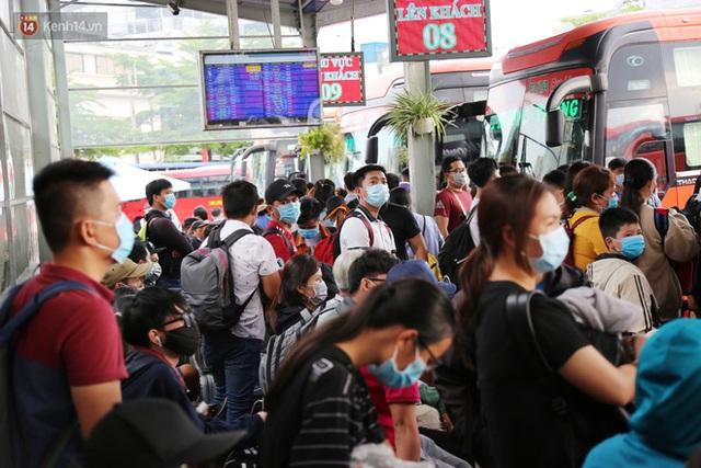 Chùm ảnh: Người dân đổ xô về quê nghỉ lễ 30/4 - 1/5, các cửa ngõ Sài Gòn bắt đầu ùn tắc kinh hoàng - Ảnh 24.