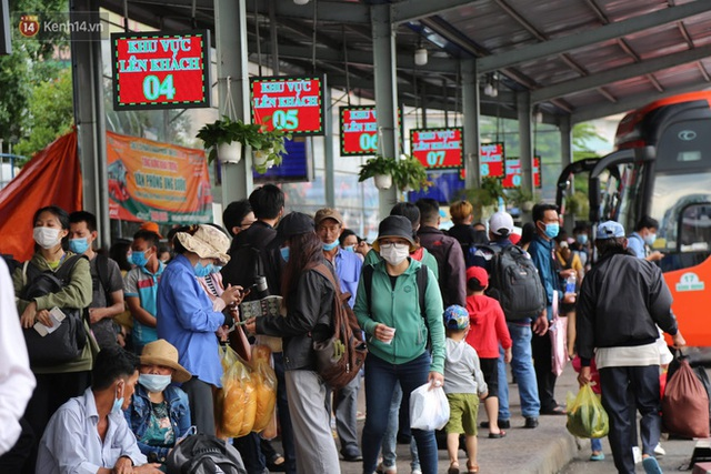 Chùm ảnh: Người dân đổ xô về quê nghỉ lễ 30/4 - 1/5, các cửa ngõ Sài Gòn bắt đầu ùn tắc kinh hoàng - Ảnh 25.