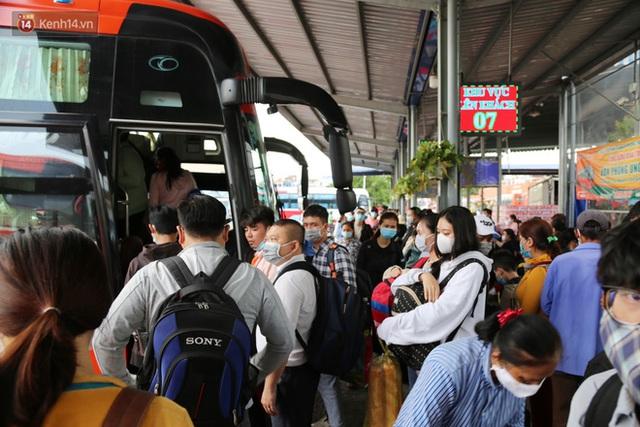 Chùm ảnh: Người dân đổ xô về quê nghỉ lễ 30/4 - 1/5, các cửa ngõ Sài Gòn bắt đầu ùn tắc kinh hoàng - Ảnh 26.
