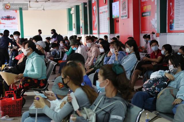 Chùm ảnh: Người dân đổ xô về quê nghỉ lễ 30/4 - 1/5, các cửa ngõ Sài Gòn bắt đầu ùn tắc kinh hoàng - Ảnh 30.