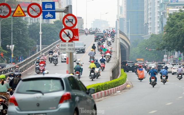 Bất chấp lệnh cấm giờ cao điểm, xe máy vẫn vô tư phi lên cầu vượt Láng - Lê Văn Lương - Ảnh 4.