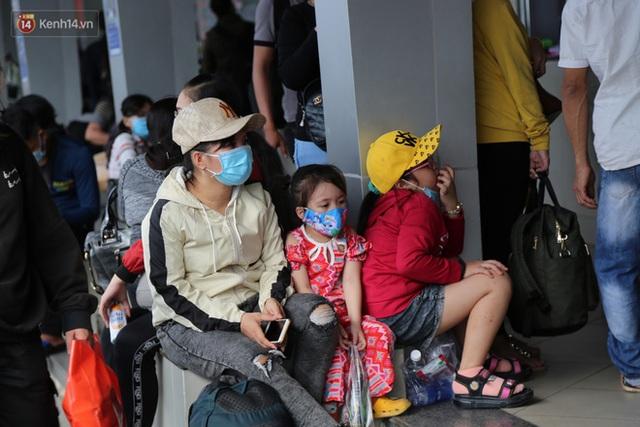Chùm ảnh: Người dân đổ xô về quê nghỉ lễ 30/4 - 1/5, các cửa ngõ Sài Gòn bắt đầu ùn tắc kinh hoàng - Ảnh 31.
